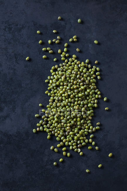 Mungbeans on dark ground — Stock Photo