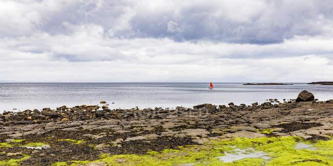 Vereinigtes Königreich, Schottland, Insel Skye, Staffin, Staffin Bay, Jollyboat — Stockfoto