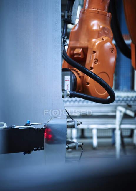 Braço industrial do robô usado no para metais — Fotografia de Stock