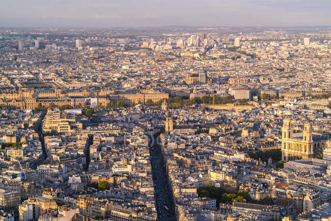 France, Paris, 6ème arrondissement, Rue de Rennes, avec le Louvre en arrière-plan et l'église Saint-Sulpice dans le quartier de l'Odéon — Photo de stock