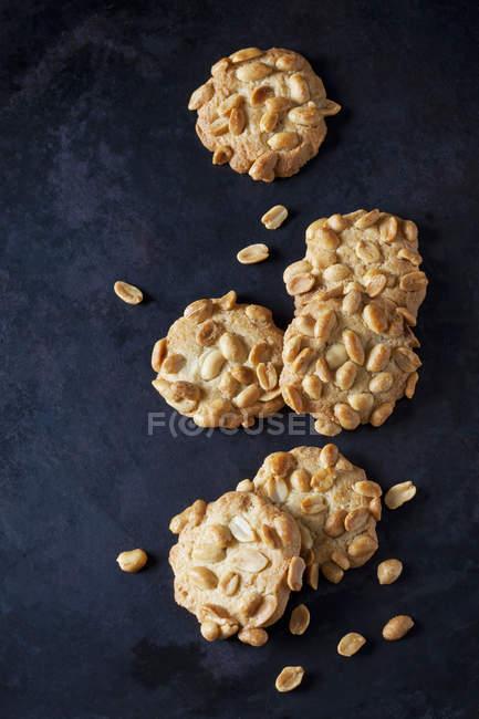 Nahaufnahme von Sechs Erdnusskeksen auf dunklem Metall — Stockfoto