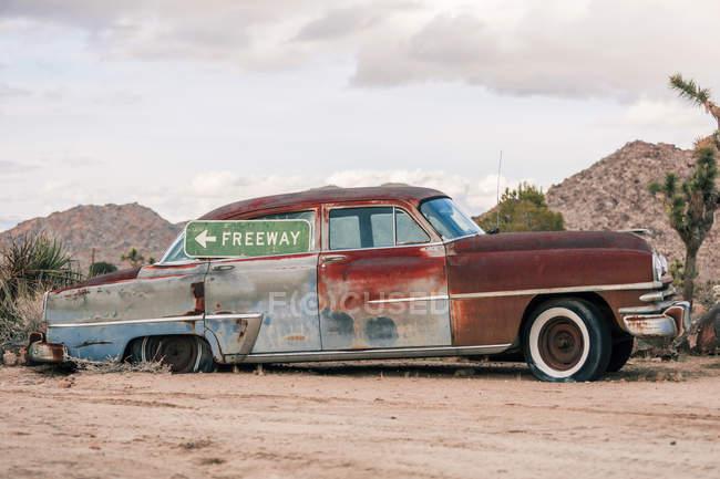 USA, California, Joshua Tree, oldtimer with Freeway-sign — Stock Photo
