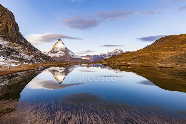 Швейцарія, Вале, Церматт, Маттерхорн, озеро Ріффтельзее вранці — стокове фото