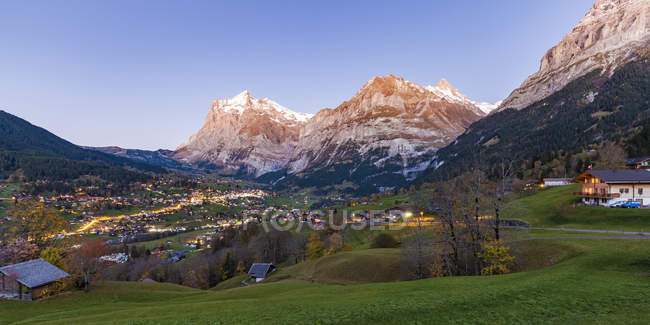 Switzerland, Bern, Bernese Oberland, holiday resort Grindelwald, Wetterhorn, Schreckhorn and Eiger in the evening — Fotografia de Stock