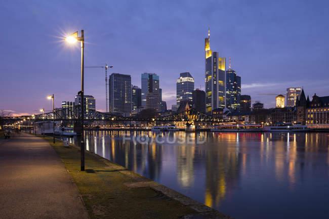 Deutschland, Hessen, Frankfurt, Skyline, Bankenviertel, Main zur blauen Stunde — Stockfoto