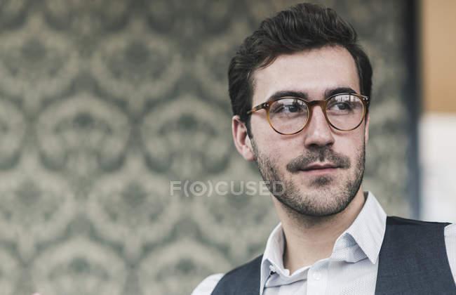 Porträt eines jungen Mannes mit Brille und seitlichem Blick — Stockfoto