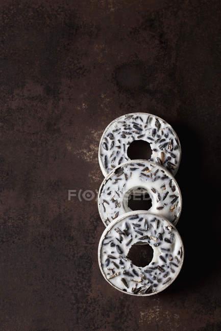 Три птахи годування кільця на іржавий метал — стокове фото