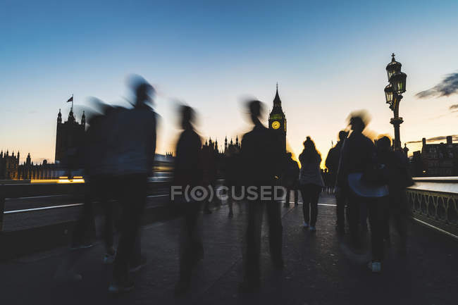 UK, London, silhouette of people on Westminster bridge with Big Ben in background at sunset — стокове фото