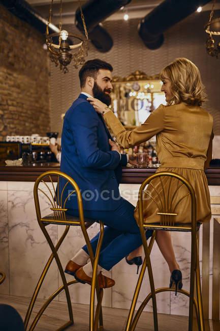 Elegantes Paar sitzt am Tresen einer Bar — Stockfoto