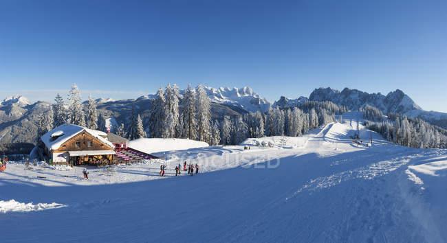 Austria, Upper Austria, Salzkammergut, Gosau, Ski area Dachstein-West, Gosaualm, View to Dachstein and Gosaukamm — стокове фото