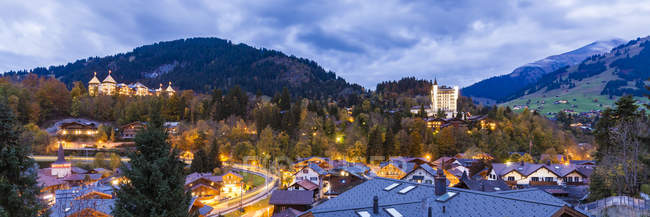 Switzerland, Canton of Bern, Gstaad, townscape with Gstaad Palace Hotel at dusk — Foto stock