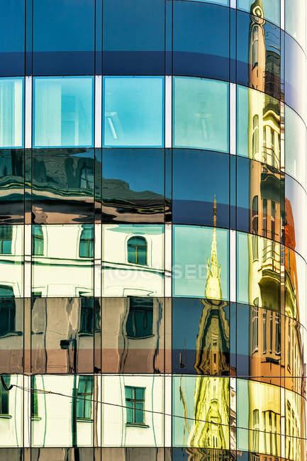 Repubblica Ceca, Praga, edifici storici che si riflettono nella facciata moderna — Foto stock