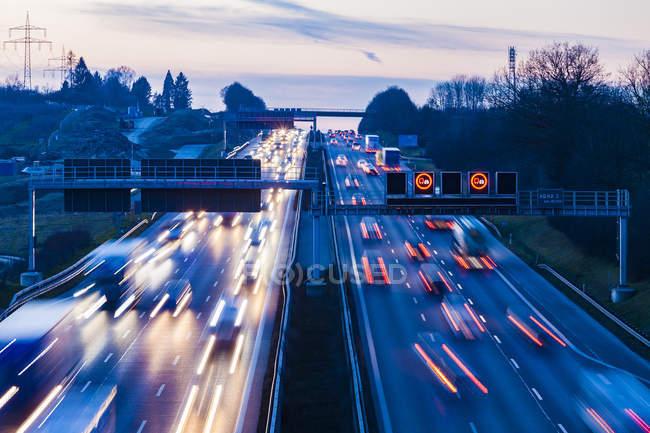 Німеччина, Баден-Вюртемберг, автобану A8 біля Вентлінген увечері, легкі стежки — стокове фото