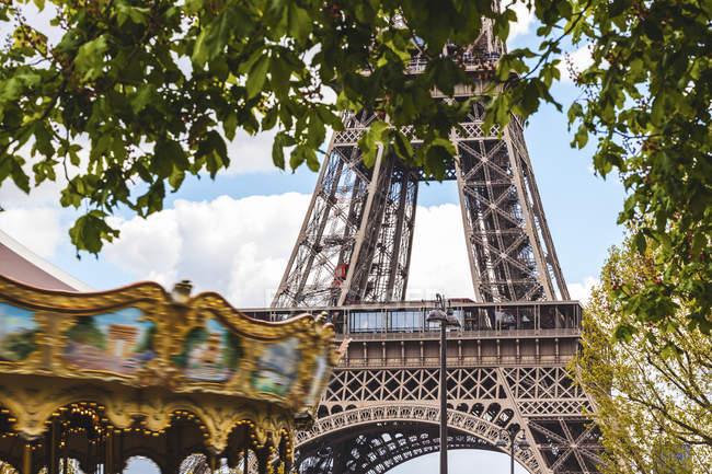 Francia, Ile-de-France, Parigi, Torre Eiffel e giostra — Foto stock