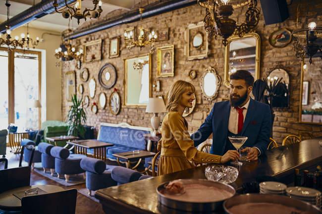 Elegantes Paar bei einem Drink in einer Bar — Stockfoto