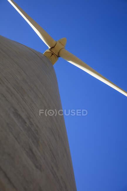Vista de ângulo baixo de uma turbina de vento — Fotografia de Stock