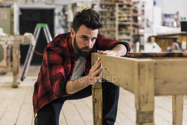 Людина лікування деревини в майстерні з пісочним папером — стокове фото