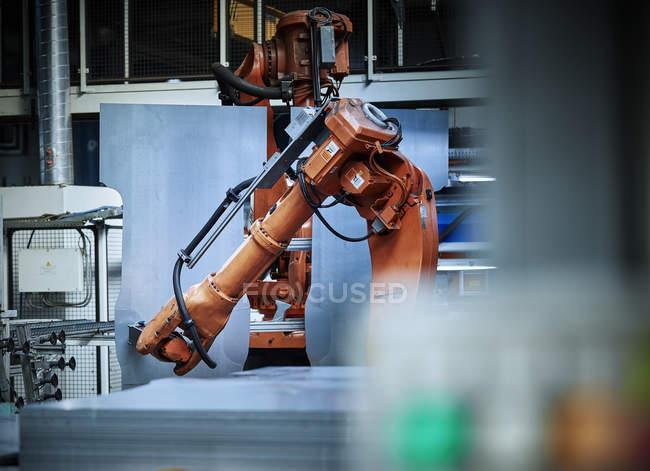 Industrieroboterarm für die Metallbearbeitung — Stockfoto
