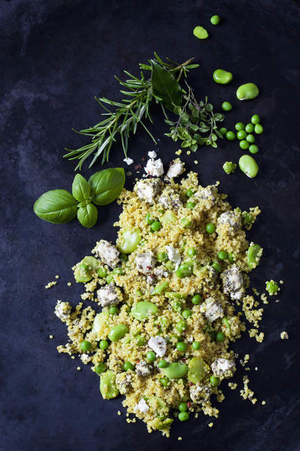 Quinoa-Salat mit breiten Bohnen, Erbsen und Feta auf dunklem Metall — Stockfoto