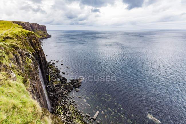 Великобритания, Шотландия, Остров Скай, побережье скалы, Килт-Рок, водопад — стоковое фото