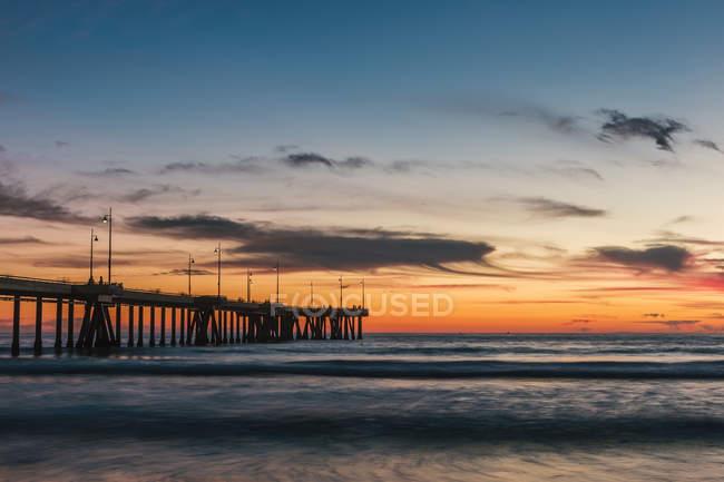 États-Unis, Californie, Los Angeles, Venice Beach, Venice Beach Pier au coucher du soleil — Photo de stock