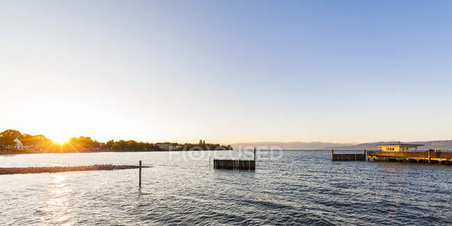 Germany, Baden-Wuerttemberg, Langenargen, Lake Constance, shipping pier at sunrise - foto de stock