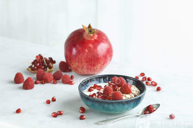 Bol de muesli aux fruits aux framboises et graines de grenade — Photo de stock
