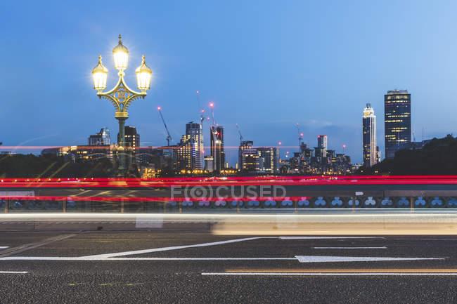 Regno Unito, Londra, sentieri semaforici sul ponte di Westminster al tramonto — Foto stock