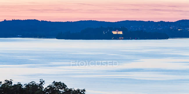 Germany, Baden-Wuerttemberg, Lake Constance, Lake Ueberlingen, Island Mainau, Castle, evening sky - foto de stock