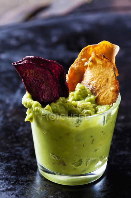 Glas Guacamole und GemüseChips — Stockfoto