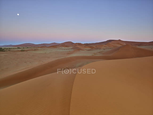 Africa, Namibia, Namib-Naukluft National Park, Namib desert, desert dunes and afterglow — Stock Photo