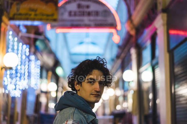 Портрет молодого человека в торговом центре — стоковое фото