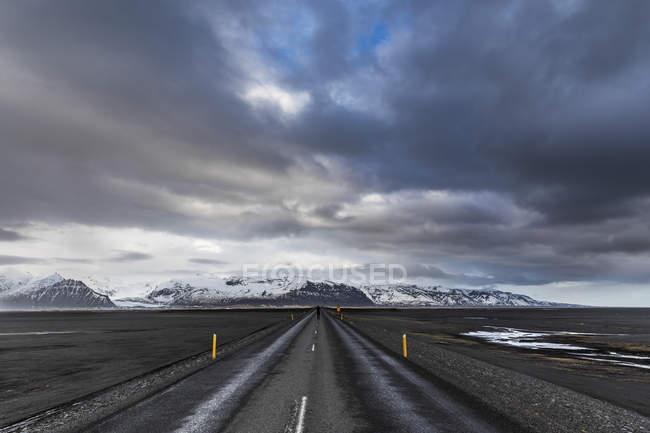 Исландия, Вик, дорога после дождя — стоковое фото