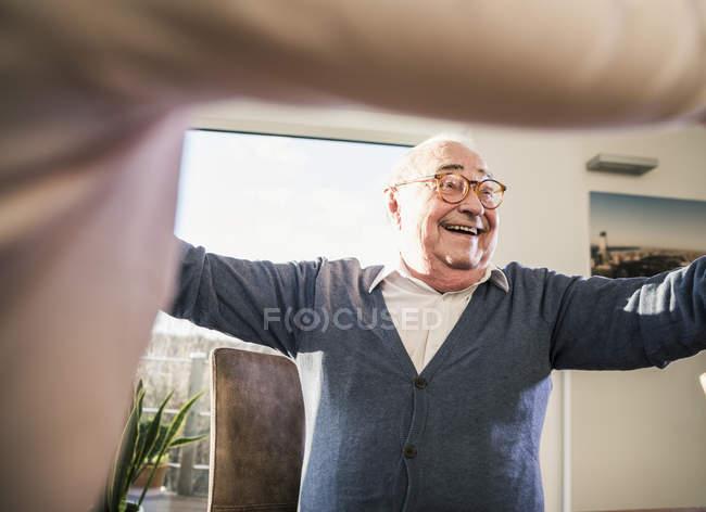 Homme aîné heureux avec les bras tendus — Photo de stock