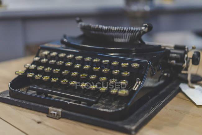 Стара чорна друкарська машинка на дерев'яному столі — стокове фото