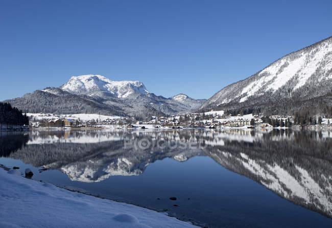 Austria, Styria, Salzkammergut, Altaussee, Lake Altausseer See in winter - foto de stock