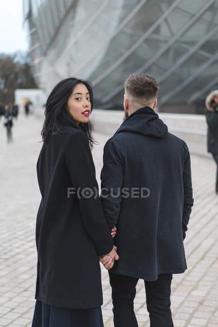 Francia, París, retrato de una joven mano a mano con su novio - foto de stock