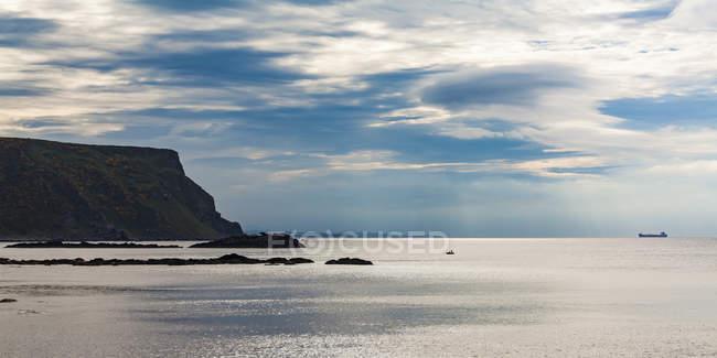 Royaume-Uni, Écosse, Aberdeenshire, côte de falaise, bateau de pêche et cargo — Photo de stock