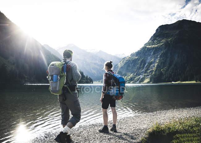 Austria, Tyrol, young couple hiking at mountain lake — Stock Photo