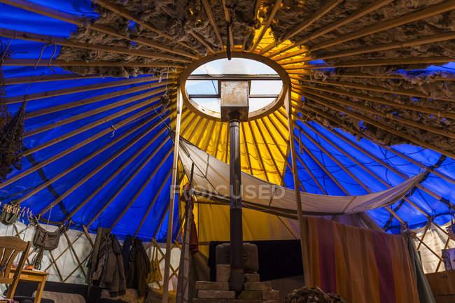 Interior de una yurta hecha de material de desecho - foto de stock