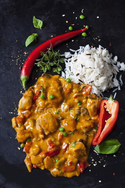 Thai-Curry mit Hühnerfilets und Basmatireis — Stockfoto