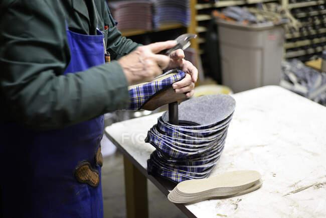 Close-up de sapateiro trabalhando em chinelos na oficina — Fotografia de Stock