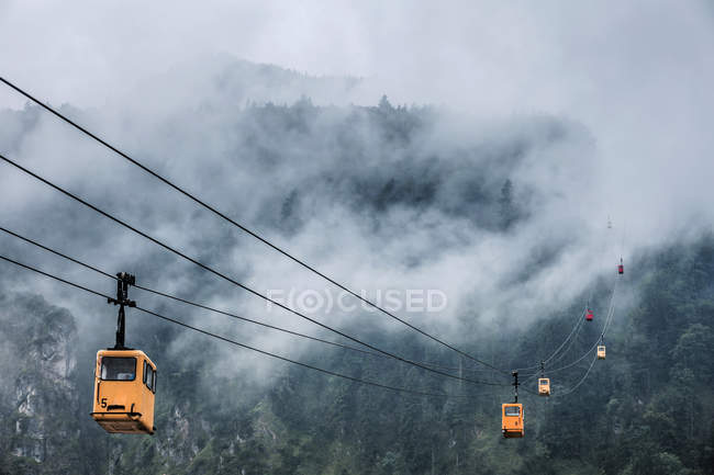 Austria, Salzburg State, St. Gilgen, Zwoelferhorn Cable Cars in fog — стокове фото