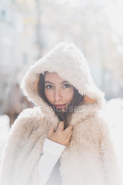 Портрет молодої жінки носіння хутряної куртки з капюшоном — стокове фото