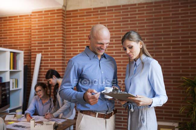 Люди в офисе обсуждают проект — стоковое фото