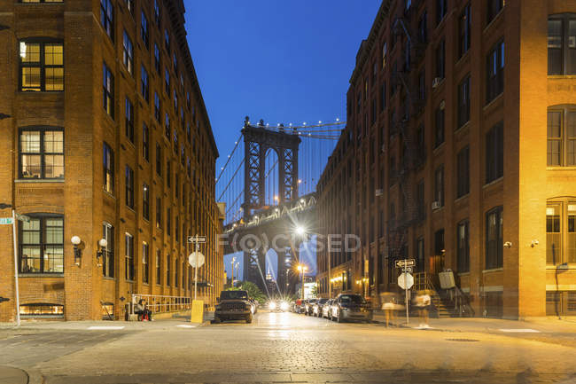 USA, New York City, view to Manhattan Bridge from Brooklyn at twilight — Foto stock