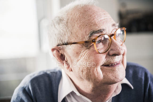Portrait of smiling senior man looking sideways — Stock Photo