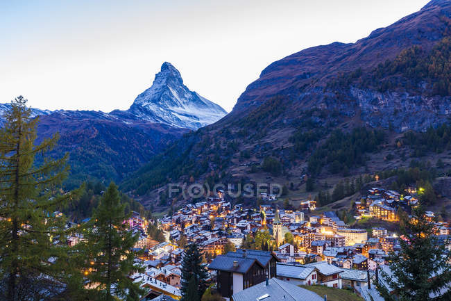Switzerland, Valais, Zermatt, Matterhorn, townscape, chalets, holiday homes in the evening — Stock Photo