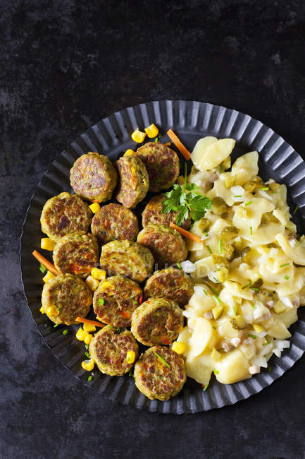 Veggie burgers and potato salad — Foto stock