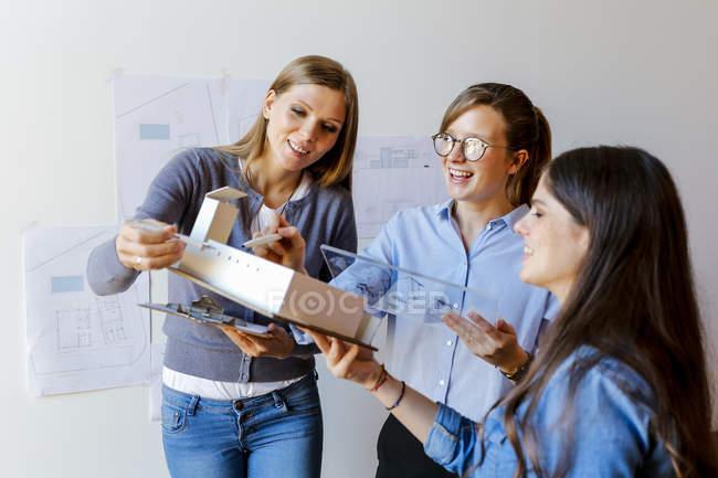 Команда архитекторов, работающих над проектом — стоковое фото